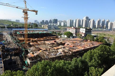 建设中的综合大楼(图)